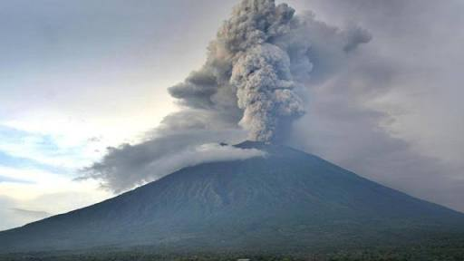 Gunung Agung Kembali Erupsi,   Warga Dilarang Beraktivitas Pada Radius 4 KM