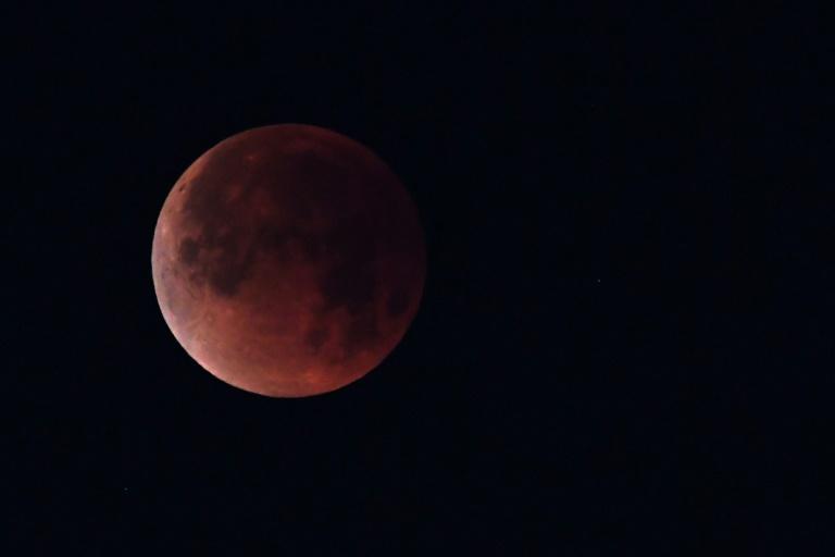 Duet Malam Bulan dan Mars Saat Gerhana Total Sabtu Dini Hari