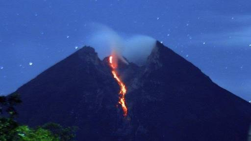 Gunung Merapi Muntahkan  Lava Pijar